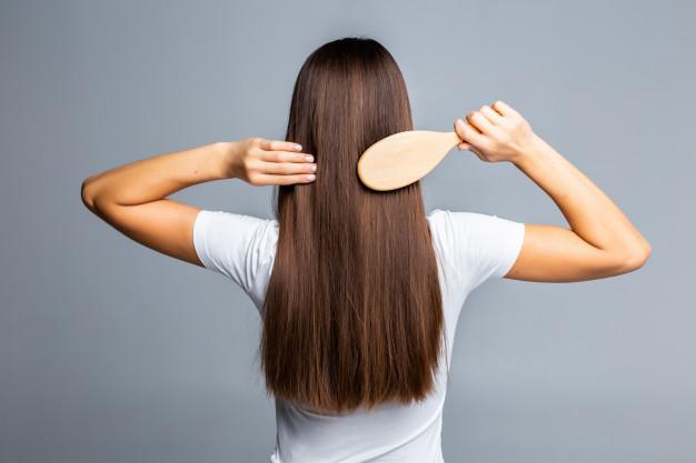 kobieta dba o wlosy