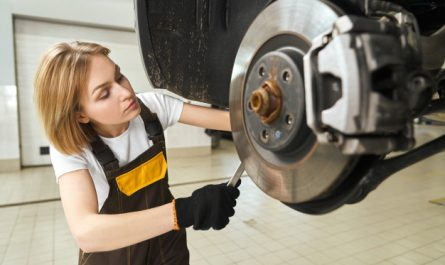 kobieta naprawia hamulce
