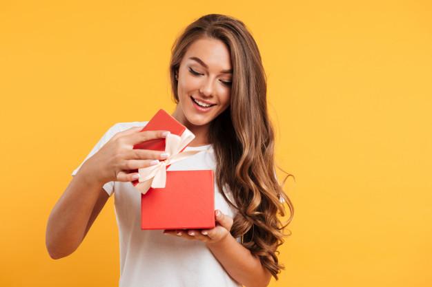 kobieta otwiera prezent