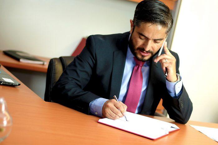Kim jest adwokat i co go różni od radcy prawnego?
