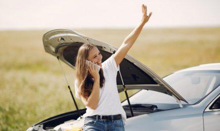 kobieta wzywa pomoc drogowa