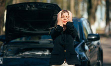 kobieta zalamana awaria samochodu