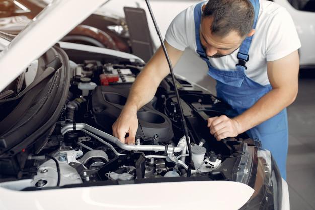 mezczyzna naprawia przepustnice w samochodzie