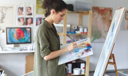 kobieta maluje obrazy