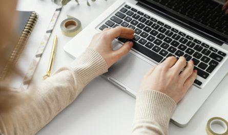 kobieta pisze na klawiaturze