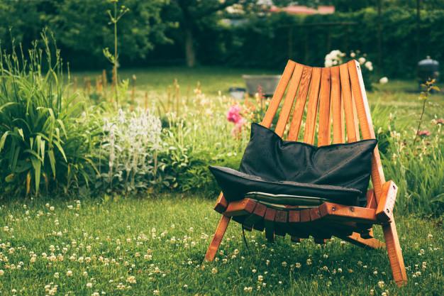 krzeslo w ogrodzie