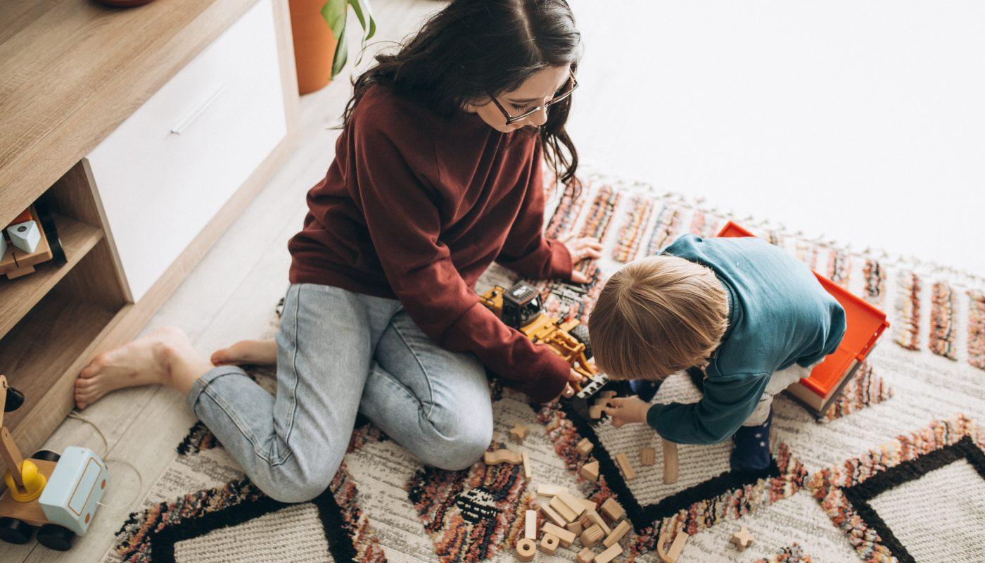 dziecko bawi sie z mama klockami